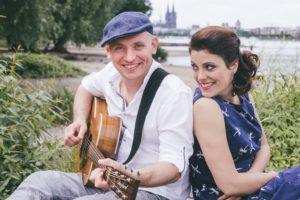 Das Akustikduo Switch mit Gitarre am Kölner Rheinufer