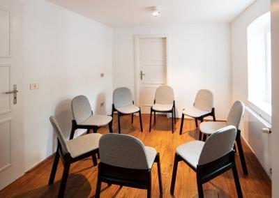 Stuhlkreis im Tagungsraum Kleiner Salon der Buchbühle in Bergisch Gladbach