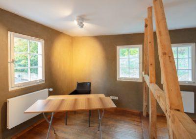 Schreibtisch und Stuhl im Büro des Tagungsraums kleiner Salon der Buchmühle Bergisch Gladbach